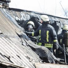 Kėdainiuose degė medinis namas, nukentėjo du žmonės