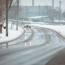 Įspėja vairuotojus: keliai slidūs dėl susiformavusio plikledžio