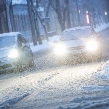 Vairuotojams kelyje – iššūkiai: eismą sunkina sniegas ir pūga