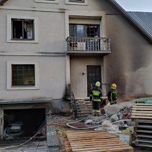 Pakaunėje atvira liepsna degė viešbutis: gelbėdamiesi nuo liepsnų kai kurie šoko pro langus