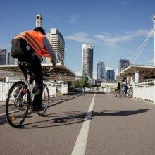 Važiuojant dviračiu ryškiaspalvių liemenių dėvėti nebereikės?