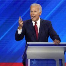 J. Bidenas per trečiuosius demokratų debatus atrėmė varžovų puolimą
