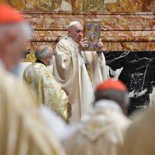 """Popiežius laikė """"gailesčio"""" Mišias su kaliniais ir pabėgėliais"""