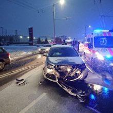 Pasnigus gatvėse – chaosas: avarijose nukentėjo žmonės