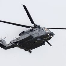 Į Latviją skridusiam Kanados lėktuvui teko grįžti dėl karių įtariamo kontakto su COVID-19