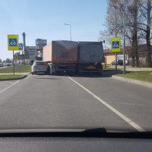 Saulėtą penktadienį Kaune pasipylė avarijos – stringa eismas