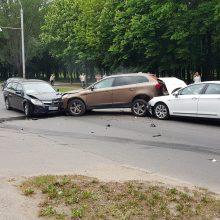 Dėl trijų automobilių avarijos Kovo 11-osios gatvėje stringa eismas