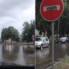 Karščių nualintas Kaunas sulaukė lietaus: apsemti automobiliai, skęsta gatvės