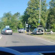 """Po """"Opel"""" ir BMW susidūrimo – smūgis į kelio ženklą"""