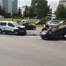 Po avarijos judrioje sankryžoje – automobilis ant stogo (ieškomi liudininkai)
