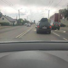 Raudondvario plente – BMW skrydis į tvorą: vairuotojo laukia rimti nemalonumai