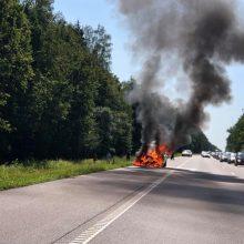 Sumaištis greitkelyje: fiksuojamos avarijos, BMW degė kaip fakelas (papildyta)