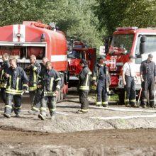 Ugniagesiai tęsia gesinimą Traksėdžių durpyne: atskleidė, kokia padėtis šiuo metu