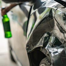 Beteisis kaunietis prie vairo sėdo visiškai girtas ir pateko į avariją