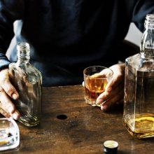 Kruvinos išgertuvės: per vienas peiliu sužalotas vyras, per kitas – moteris