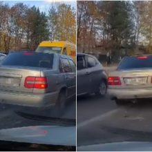 Internautai ūžia: važiavo prieš eismą, vartė ženklus, o pareigūnai nematė?