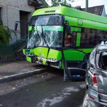 Masinė avarija Kaune: susidūrė trys automobiliai ir troleibusas, nukentėjo kūdikis