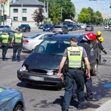 """""""Aklųjų"""" sankryžoje – trijų automobilių avarija: stoja eismas"""