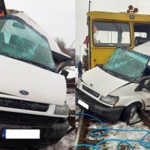Kėdainių rajone traukinys susidūrė su mikroautobusu: gelbėtojai vadavo prispaustą žmogų