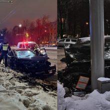 """Savanorių prospekte – stipri BMW ir """"Volkswagen"""" avarija: po smūgio """"Citybee"""" rėžėsi į stulpą"""