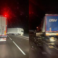 """""""Via Baltica"""" kelyje – stipri vilkikų avarija: eismas uždarytas, nusidriekė spūstys"""