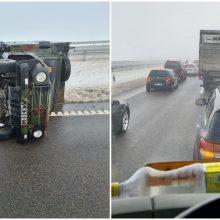 Greitkelyje apvirto kariškių sunkvežimis, nusidriekė įspūdinga spūstis