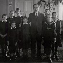 Respublikos Prezidentas AntanasSmetona Prezidento rūmų Audiencijų salėje priima Vilniaus krašto mokinius.