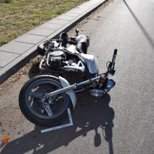 Viešojo saugumo tarnybos pareigūnas nesuvaldė motociklo, sužalota bendrakeleivė