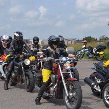 Vėjų laumės orą skrodžia motociklais