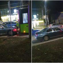 """Kaune """"Rover"""" taranavo stovintį troleibusą, vairuotojas vos pastovėjo ant kojų"""