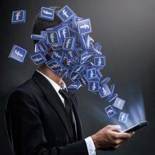 """Dokumentus nutekinusi informatorė: """"Facebook"""" renkasi pelną, o ne saugumą"""