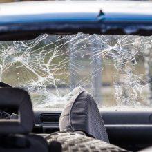 """Šiauliuose – """"Renault"""" skrydis į sieną, girtas vairuotojas iš įvykio pasišalino"""