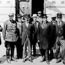 Iš kairės: J. Šernas,  A. Stulginskis,  A.Merkys, J. Vygodskis, A. Smetona, J. Paknys, M. Sleževičius, J. Tūbelis,  P. Leonas, V. Vytautas Čarneckis