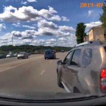 Kauno centre vos per plauką išvengta skaudžios avarijos: kas kaltas? (vaizdo įrašas)