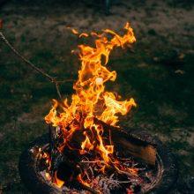 Ugniagesiai toliau kovoja su žolės gaisrais