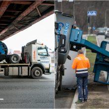 Techninės pagalbos transportui pačiam prireikė pagalbos: kliudė Aleksoto tilto konstrukcijas