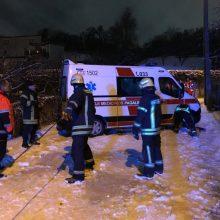 Kelią pas ligonius medikams pastojo pusnys: prireikė ir ugniagesių pagalbos