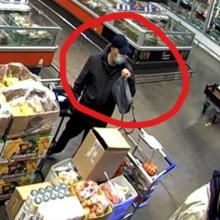 Į prekybos centrą apsipirkti atėjusi moteris liko be rankinės: policija ieško šio vyro