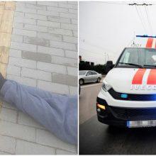 Senolis parkrito šalikelėje, bet medikų brigada nestojo net stabdoma policijos