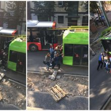 Keleiviams teko suremti pečius: nustūmė miesto centre kelią užtvėrusį troleibusą
