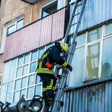 Uostamiesčio ugniagesiai lėkė gesinti degančio buto