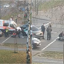 "Skaudi eismo nelaimė: per BMW ir ""Mercedes-Benz"" avariją partrenkta pėsčioji"