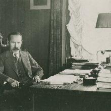 Respublikos Prezidentas AntanasSmetona darbo kabinete skaito dokumentus.