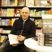 Procesas: rašytojas neslepia, kad ketverius metus užtruko, kol pavyko įkalbėti, kad interviu man duotų pagrindinė knygos figūra Saulius Velečka, pravarde Agurkas.