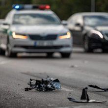 Dar viena tragiška nelaimė: po smūgio į medį vairuotojas neišgyveno