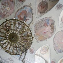 Vertybės: bažnyčią puošia freskos, XIX a. sietynai.