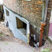 Pradėjęs griūti daugiabutis remontuoti bus pradėtas tik žiemą?