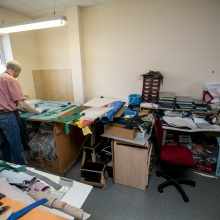 Kaunietė kūrėja su neįgaliaisiais vejama lauk iš patalpų