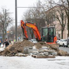 Kaune iškritęs sniegas darbų nestabdo: kelininkai ne tik valo gatves, bet jas toliau tvarko