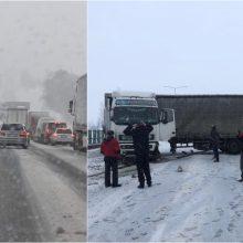 Kelyje Kaunas-Vilnius į atitvarus rėžėsi vilkikas: eismas paralyžiuotas